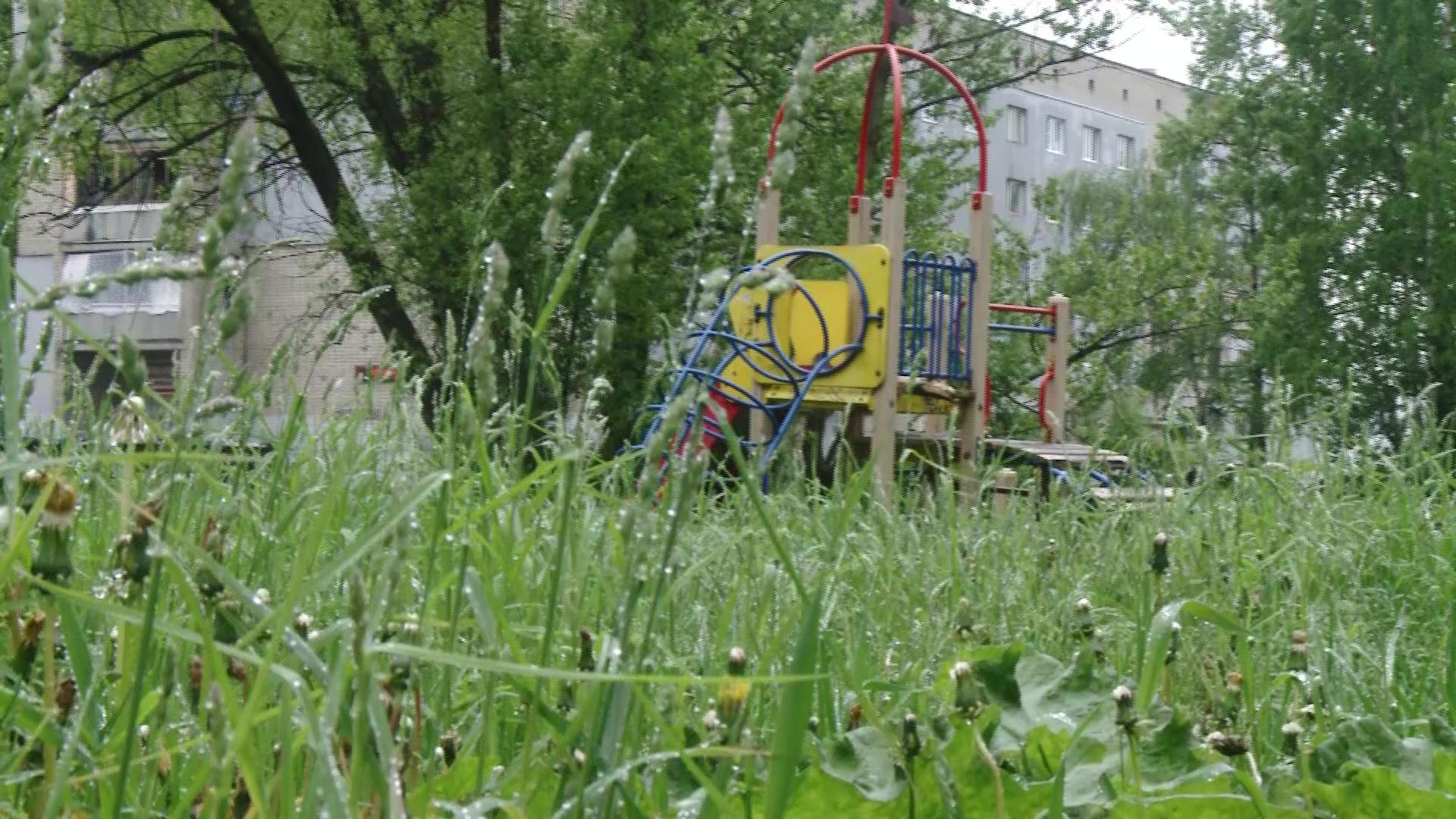 Ярославцы жалуются на плохое состояние детских площадок: как решают проблему