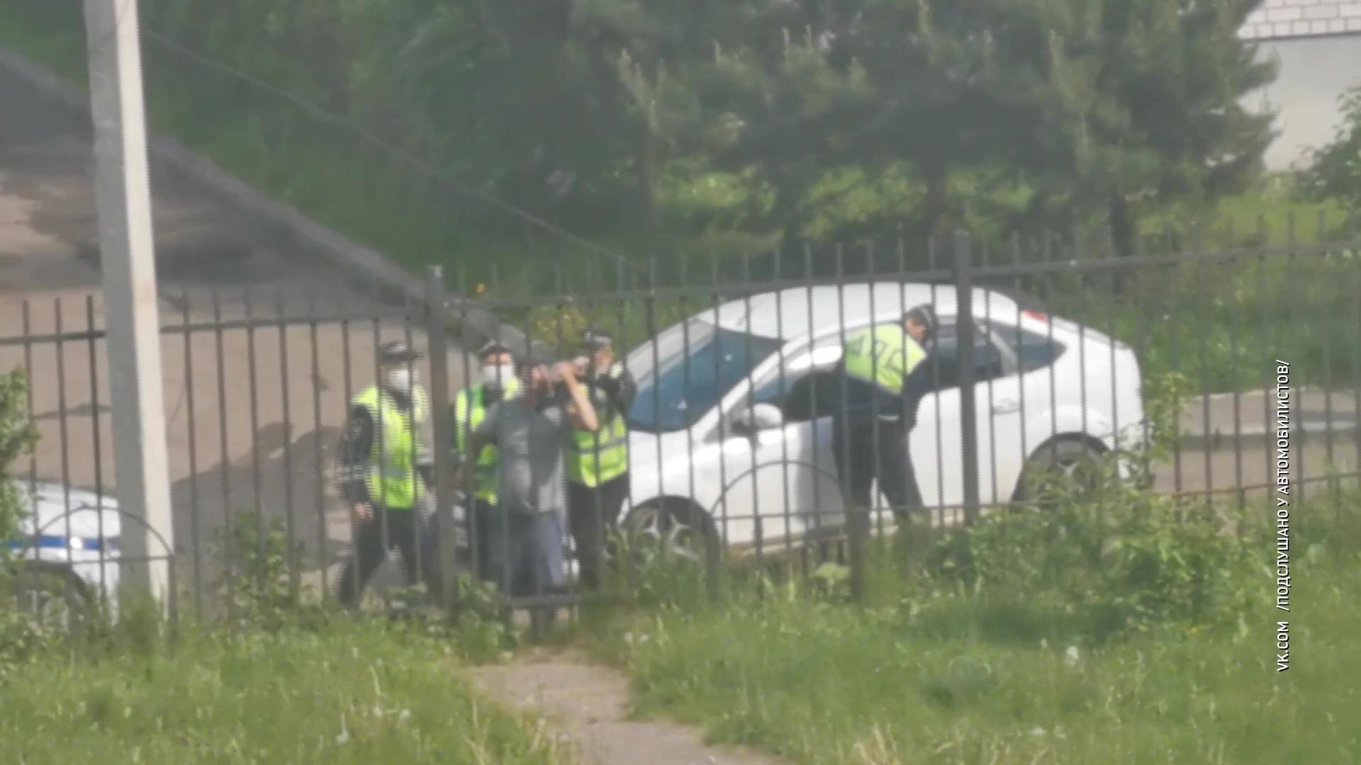 Задержание со скандалом: дорожным полицейским пришлось отдирать от забора пьяного водителя