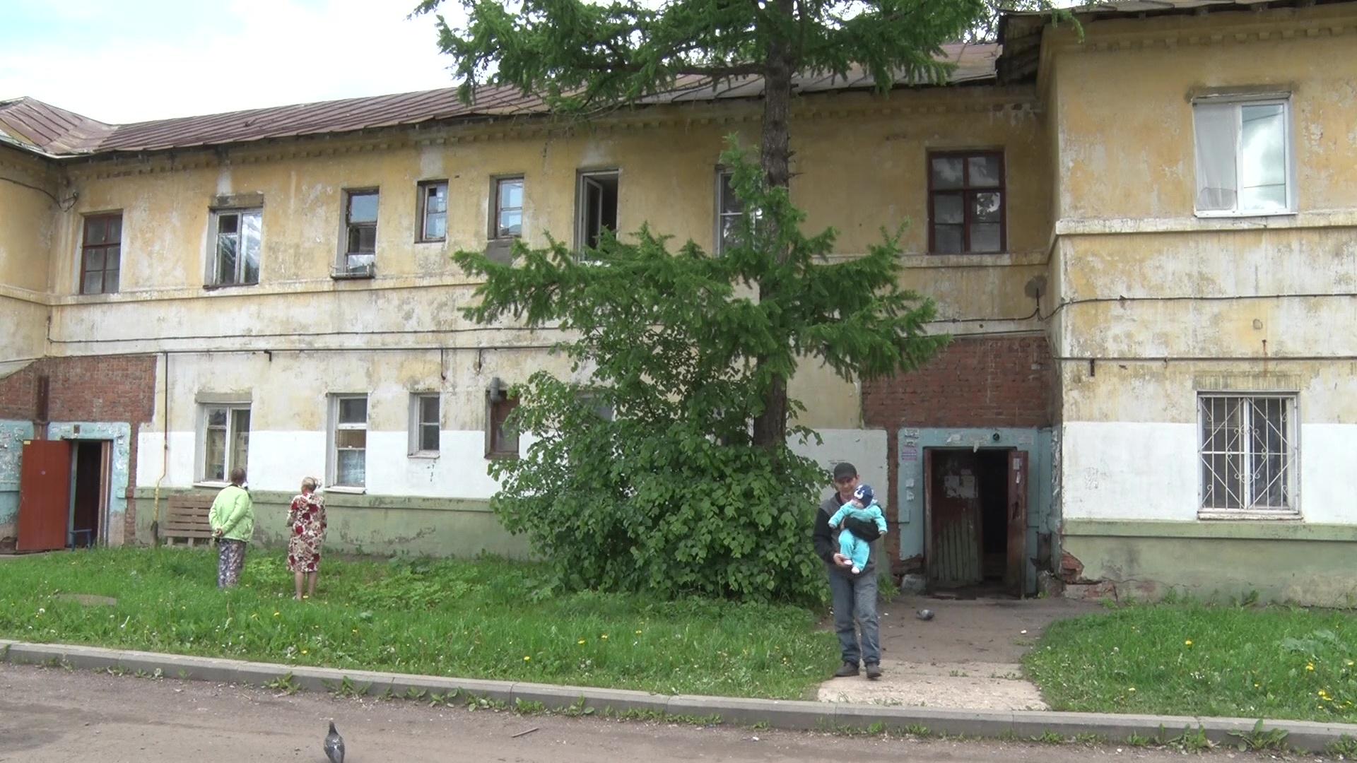 Спасли бессонница и натяжной потолок: в доме на улице Пирогова в Ярославле рухнул потолок