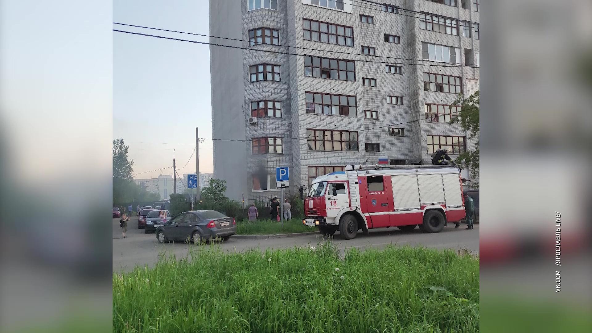 На улице Строителей в Ярославле произошел пожар в многоквартирном доме