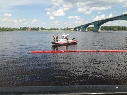 В районе Октябрьского моста заметили нефтяное пятно