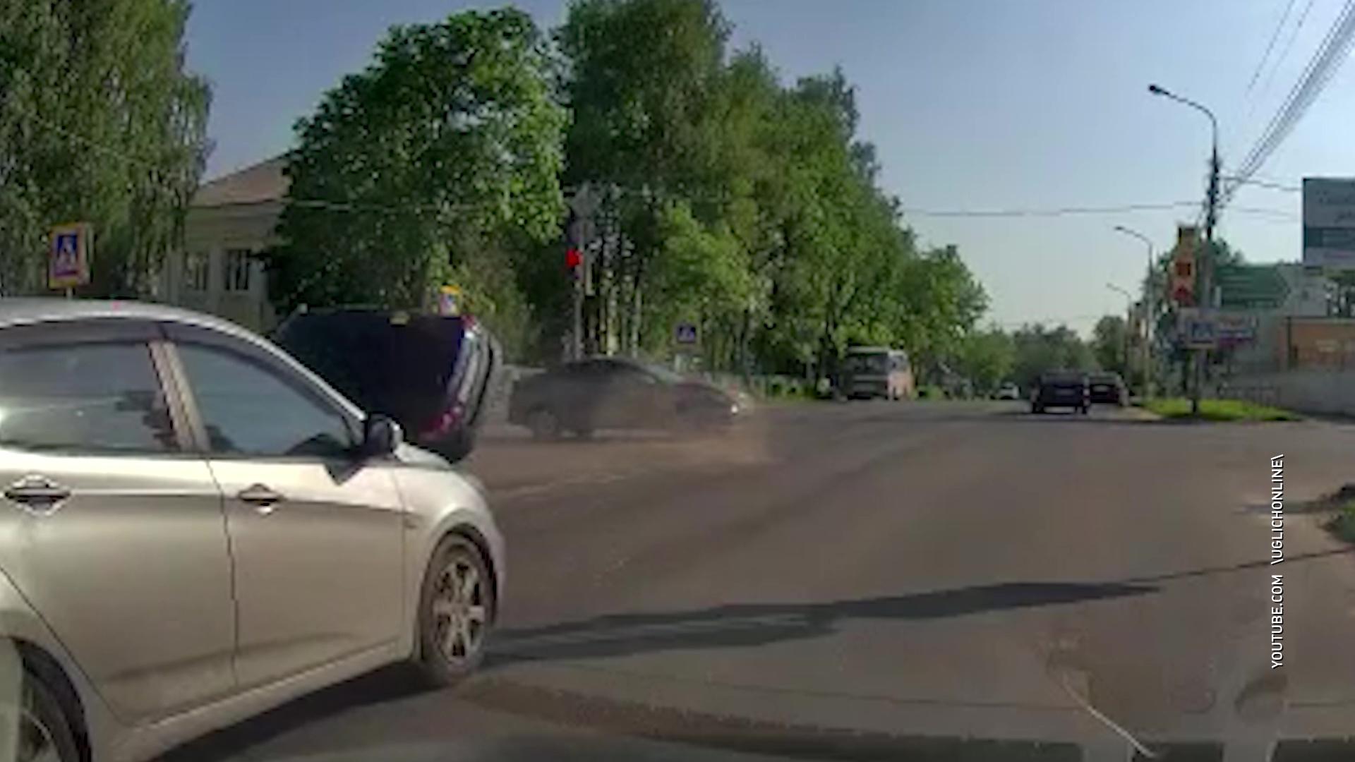 В Угличе водитель пролетел на красный и устроил ДТП