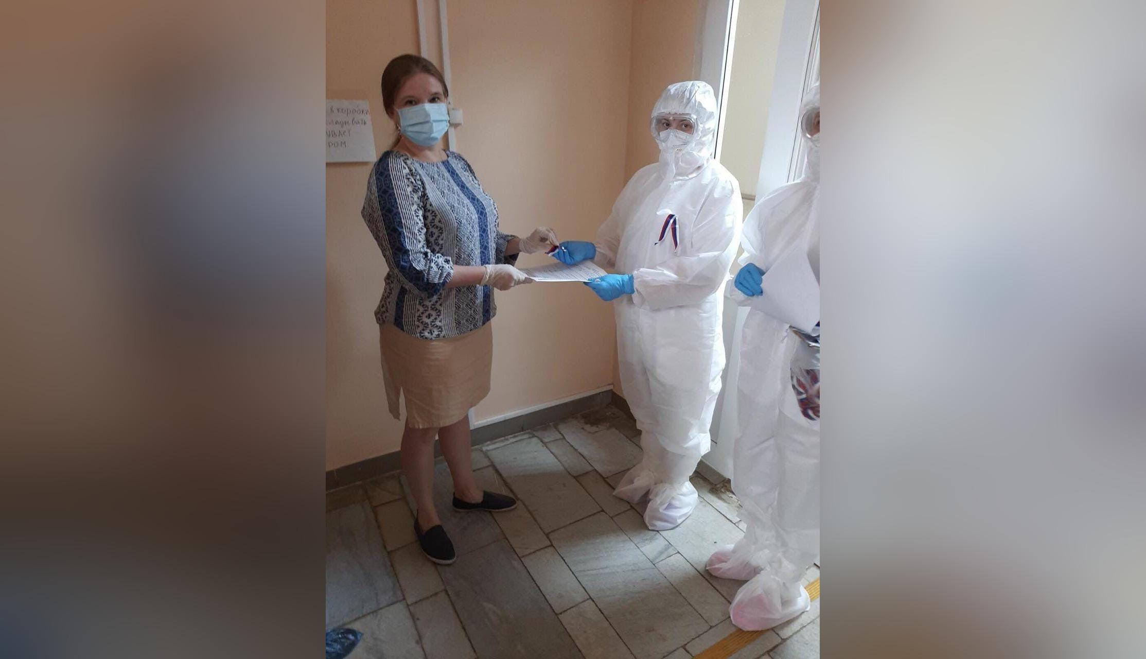 Пациентам, выписывающимся из коронавирусных больниц, дарят ленточки-триколоры