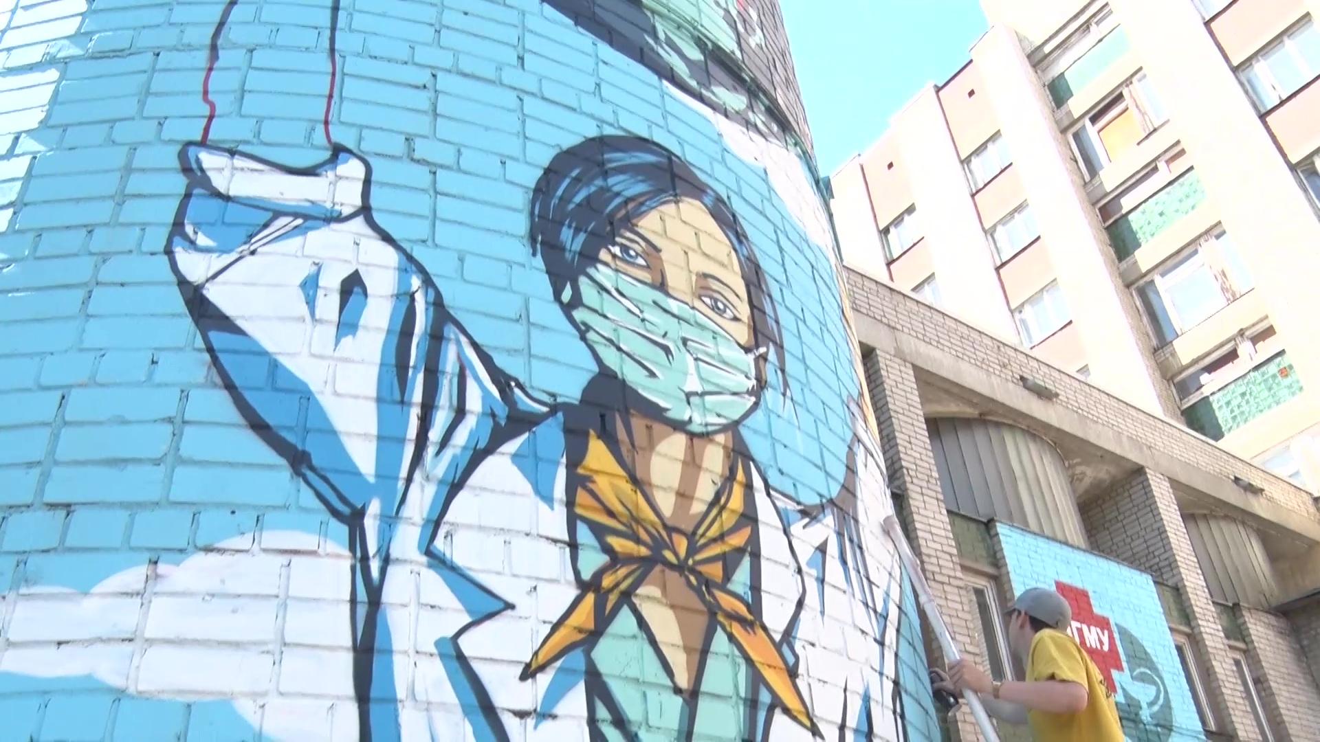 В Ярославле появилось восьмиметровое граффити с волонтером