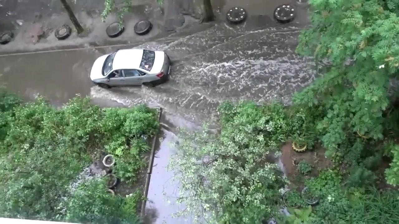 Затопленные дороги и вмятины от града: какой ущерб нанесла стихия Ярославлю