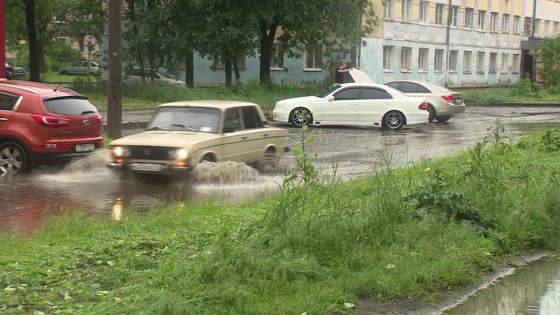 Плавающие машины и затопленные подъезды: на Ярославль обрушилась стихия