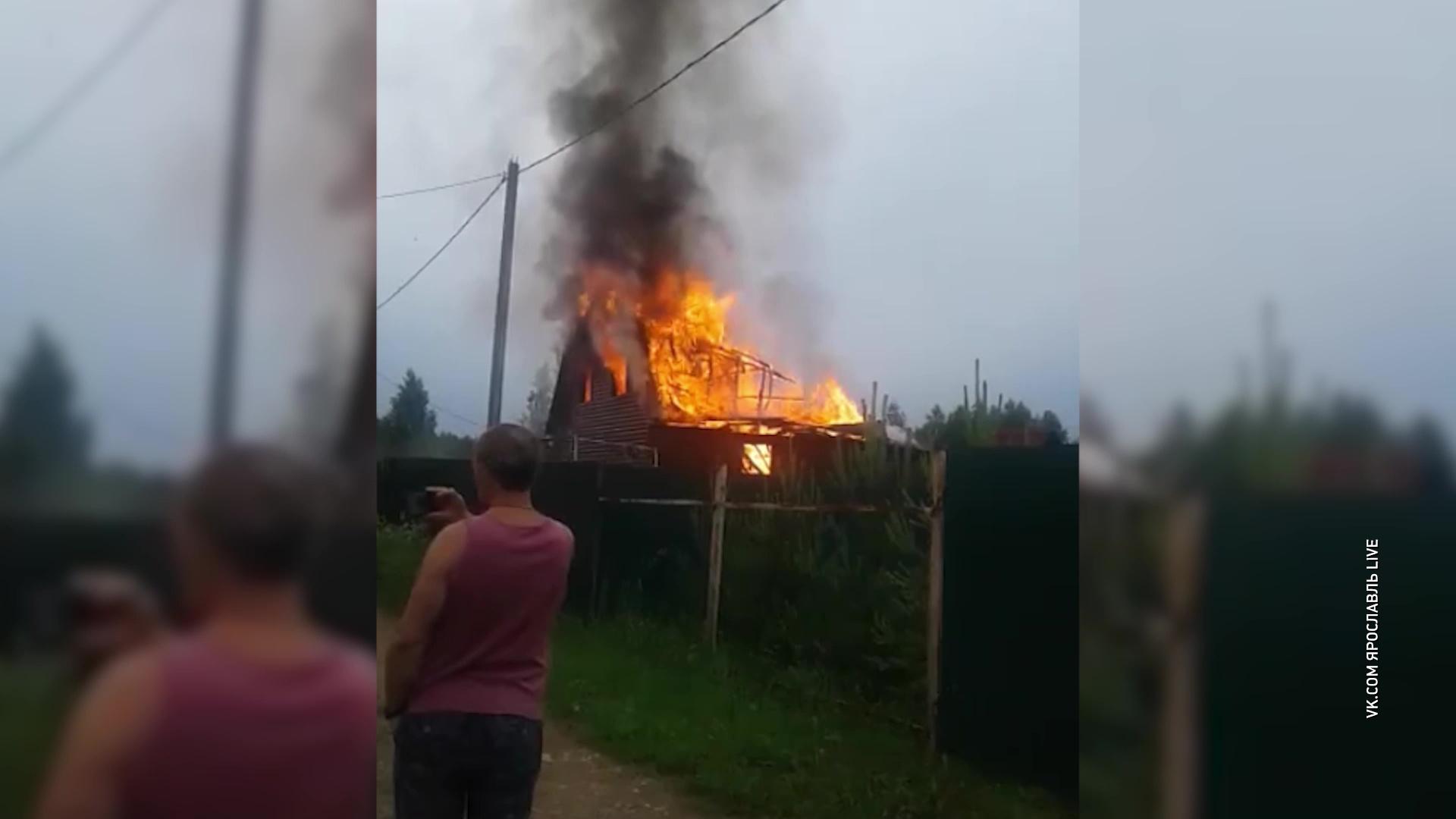 В Гаврилов-Ямском районе от удара молнии сгорел двухэтажный дом