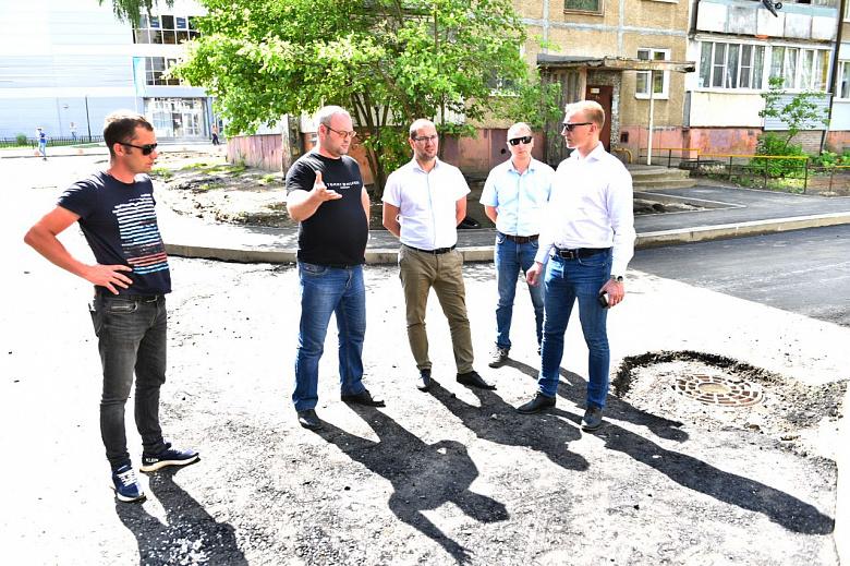 Укладывают асфальт в дождь? Специалисты проверили качество ремонта двора на улице Туманова