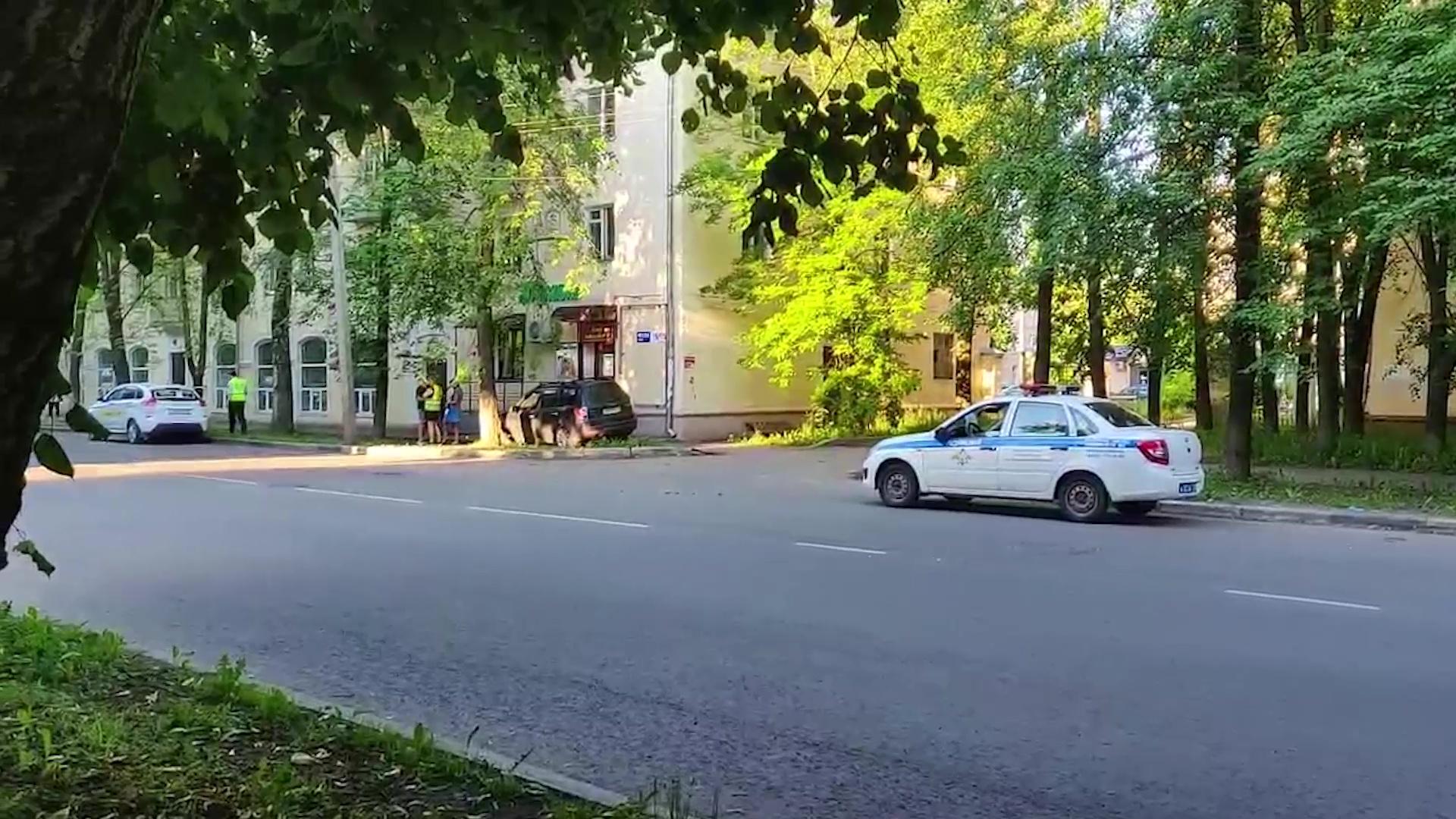 В Ярославле паркетник улетел прямо в дом
