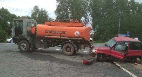 В Ярославской области иномарке влетела под бензовоз: есть погибшая