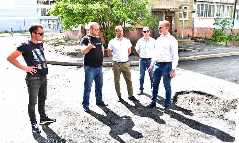Во дворе на улице Туманова полностью переложат асфальт из-за нарушения технологии