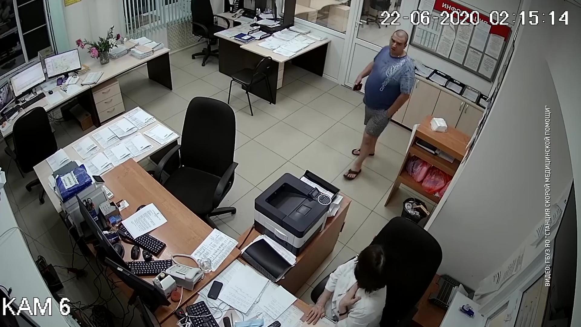 Позвонил 13 раз и угрожал всех убить: на станцию скорой помощи Ярославля напал пьяный мужчина