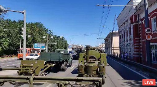 По Ярославлю проходит колонна Победы: прямая трансляция с места событий