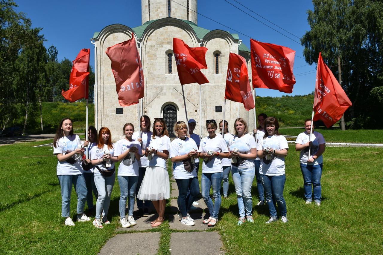 В Ярославской области в небо выпускают белых голубей