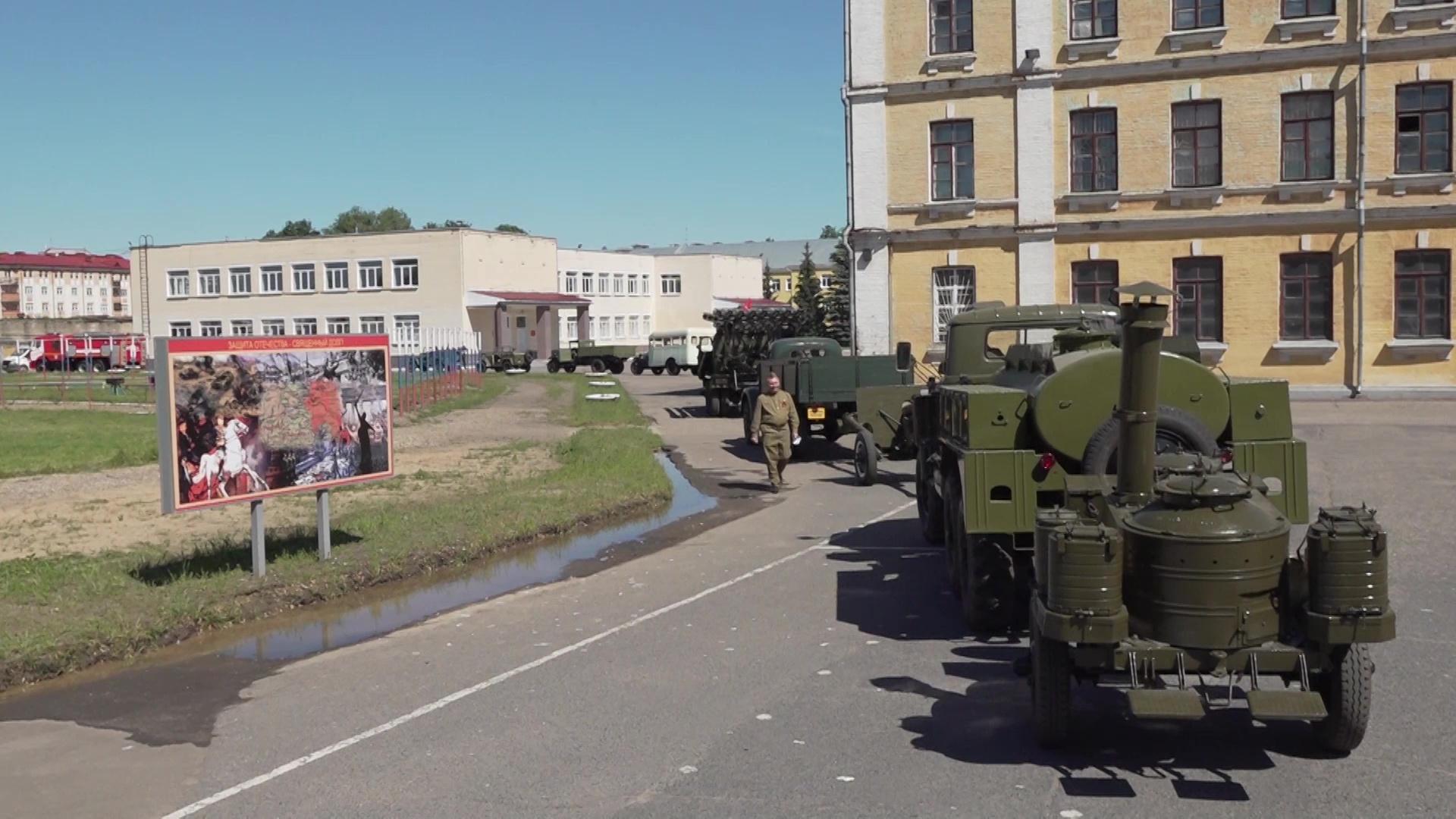 Уникальные машины и пеший строй: в Ярославле отпраздновали юбилей Великой Победы