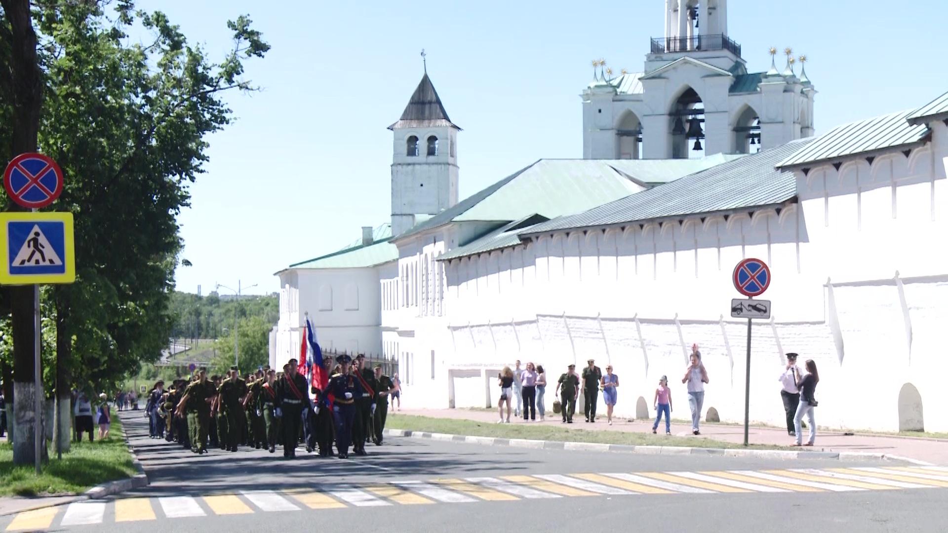 Ярославцы отпраздновали юбилей Победы звоном колоколов, гудками авто и песнями