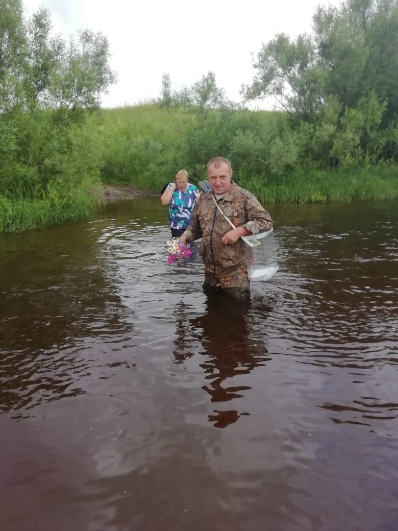Вброд с бюллетенями: в Даниловском районе к избирателям ходят через реку