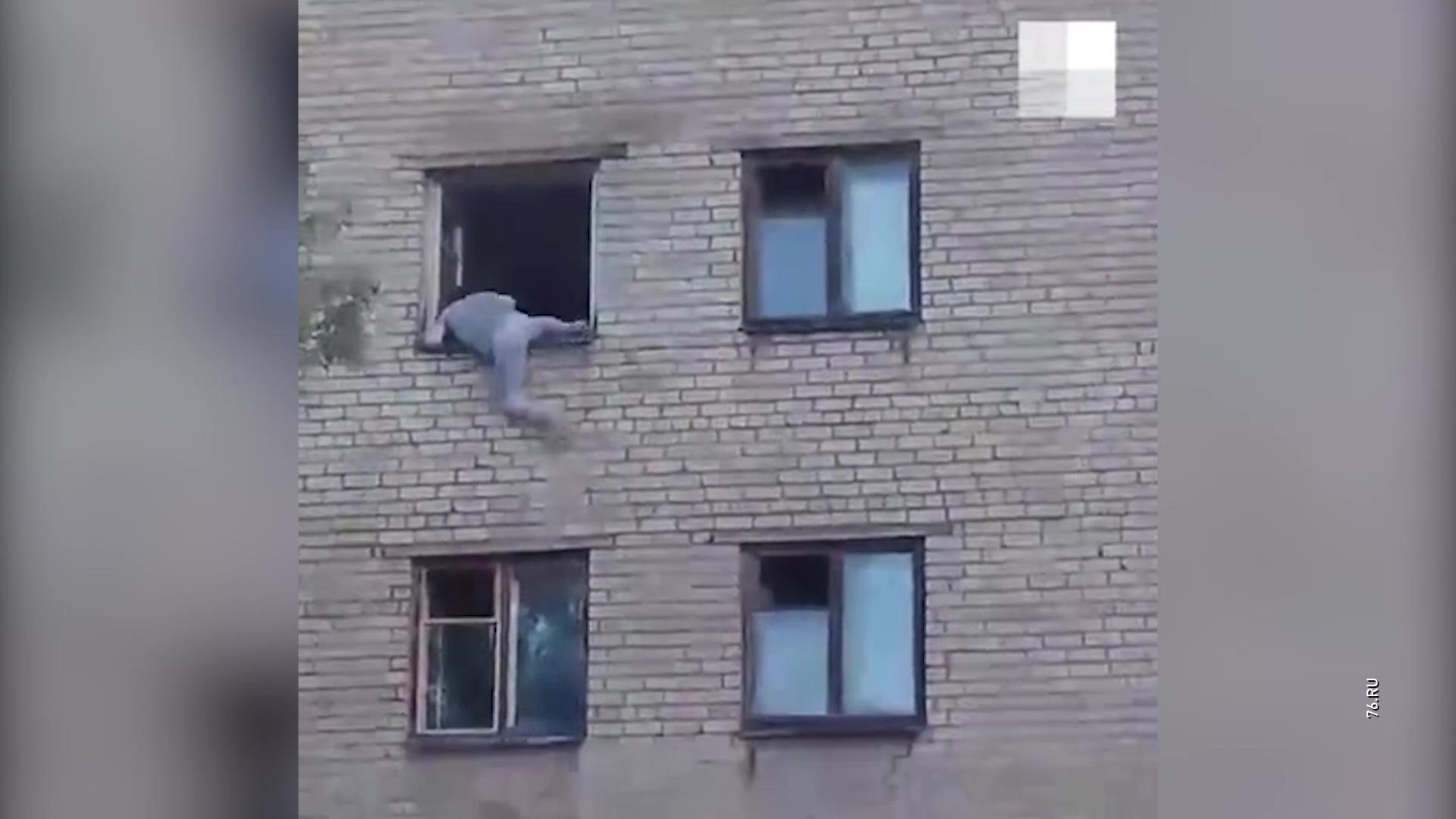 Ярославец сорвался со стены жилого дома и упал прямо у отдела полиции