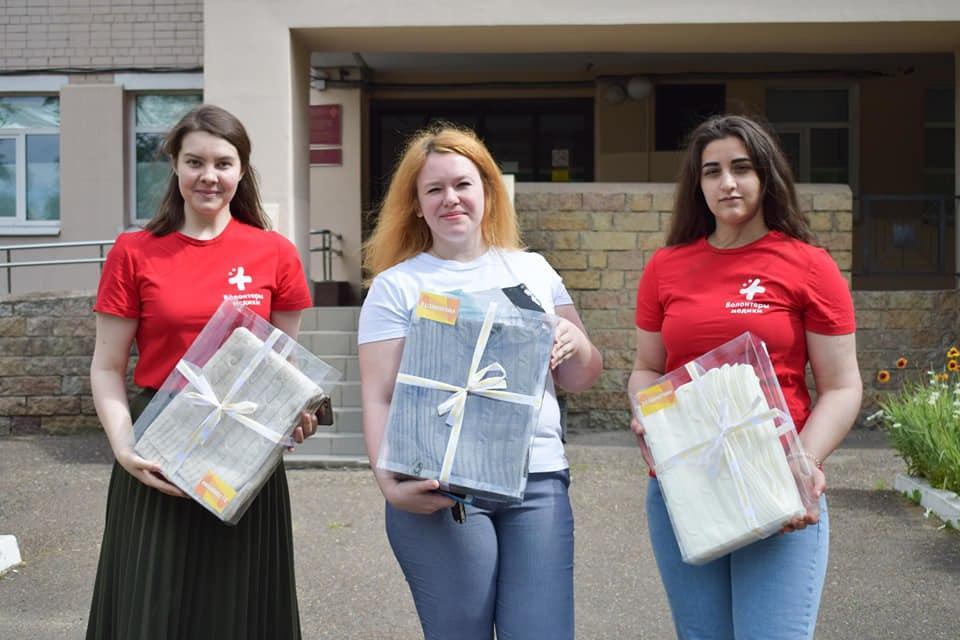 Волонтеры-медики подарили 50 вязаных пледов врачам госпиталя ветеранов войн
