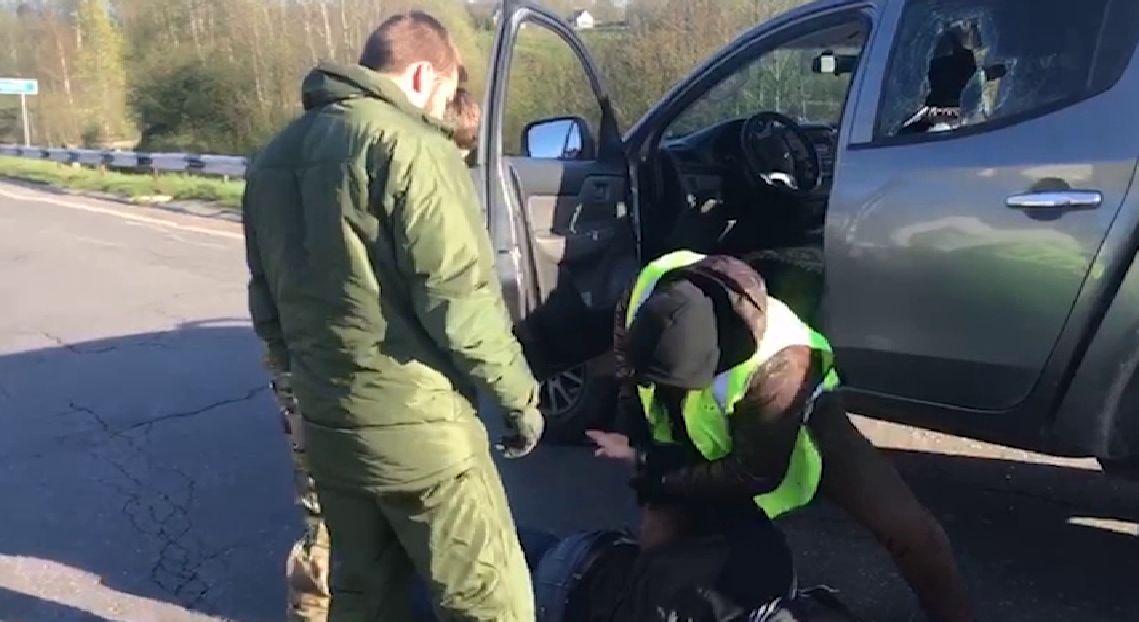 ВИДЕО: Остановили для проверки и - лицом в асфальт: ФСБ взяла курьеров с килограммами наркотиков