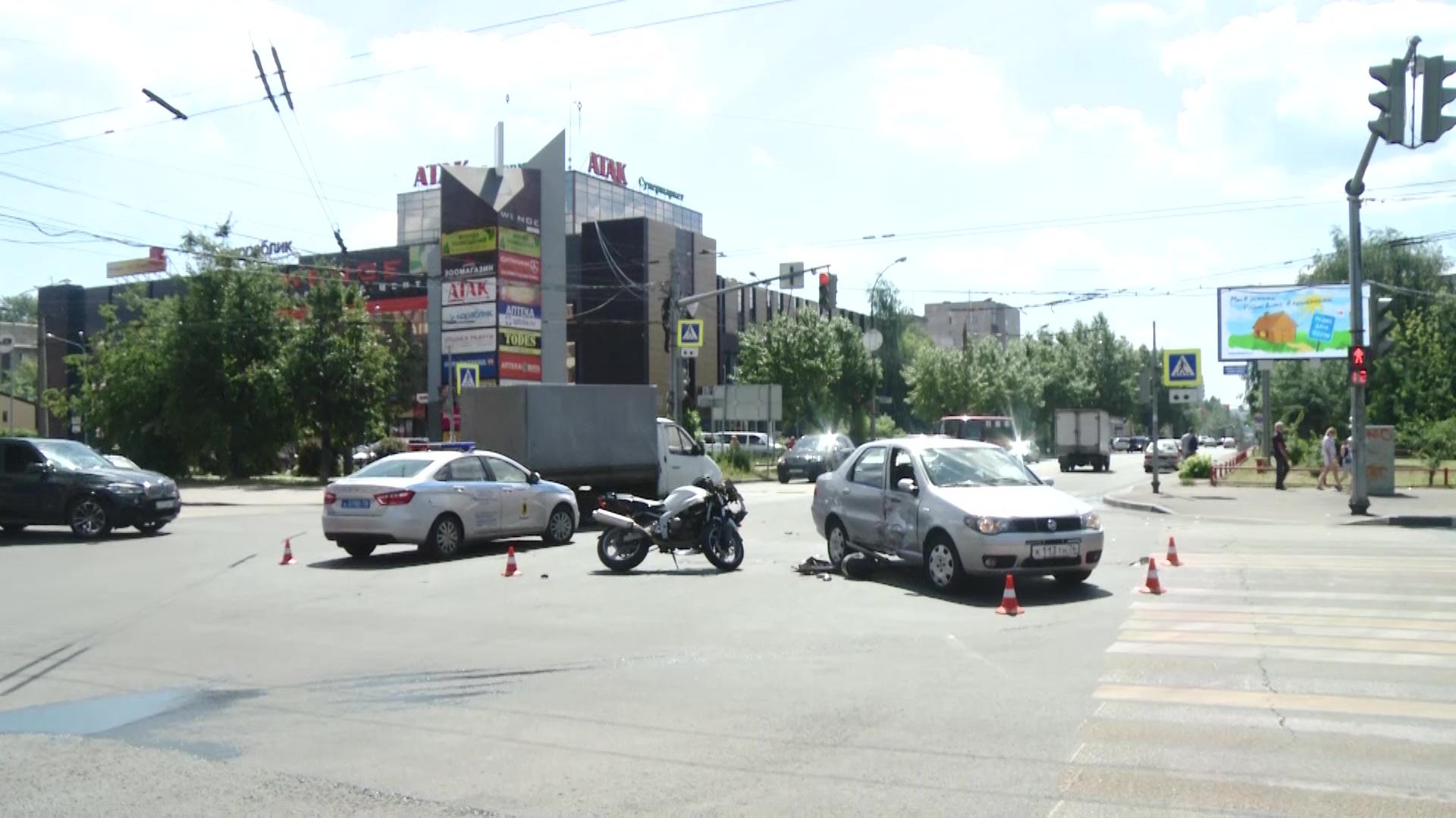 Потерял много крови и попал в больницу: в центре Ярославля байкер влетел в легковушку
