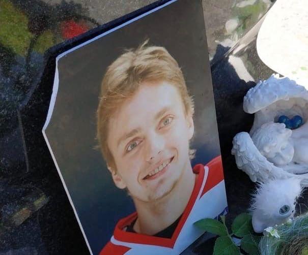 Порвали фотографию: вандалы разгромили памятник погибшему ярославскому хоккеисту Ивану Ткаченко
