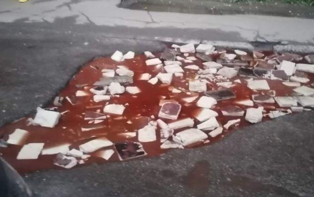 Превратились в борщ со сметаной: в Ярославле ямы на дорогах окрасились в красный цвет