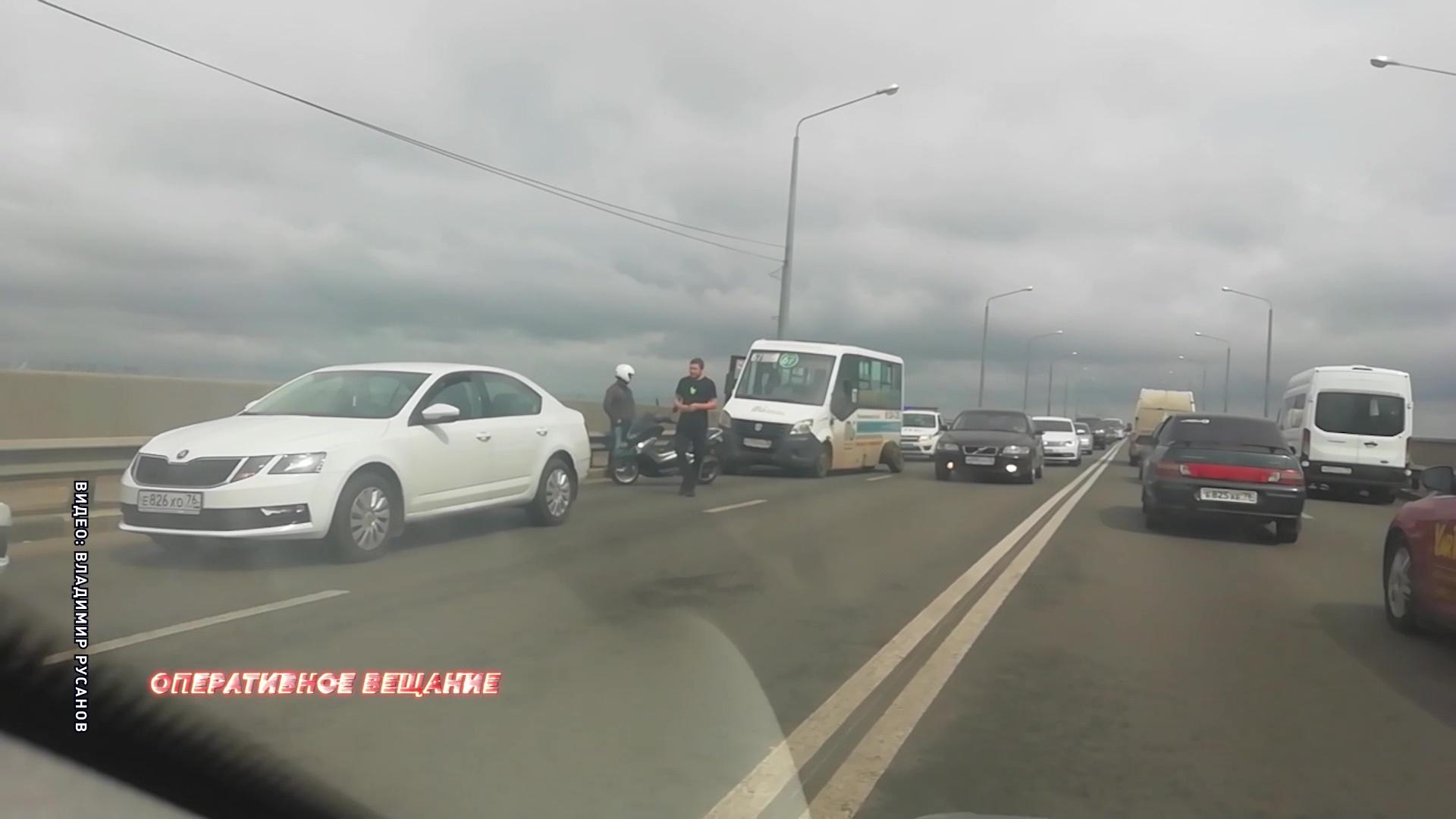 На Октябрьском мосту маршрутка потеряла колесо прямо на ходу