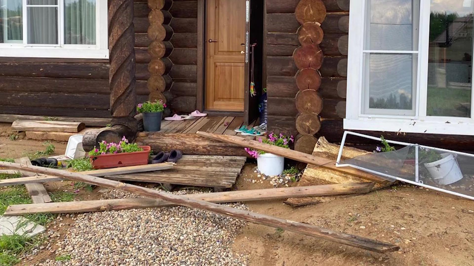 Сорванные крыши и поваленные деревья: на Некрасовский район обрушилась стихия