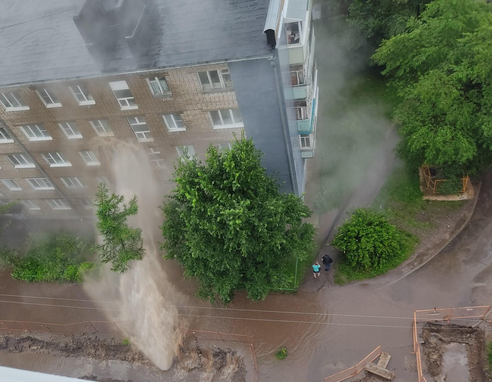 Гейзер в Дзержинском районе бил кипятком прямо в окна многоэтажки