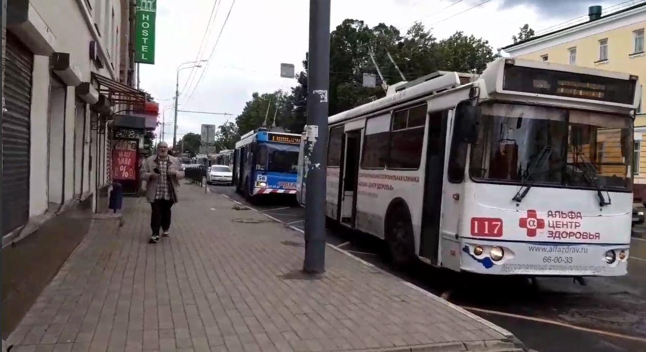 В Ярославле на Красной площади образовалась пробка из троллейбусов