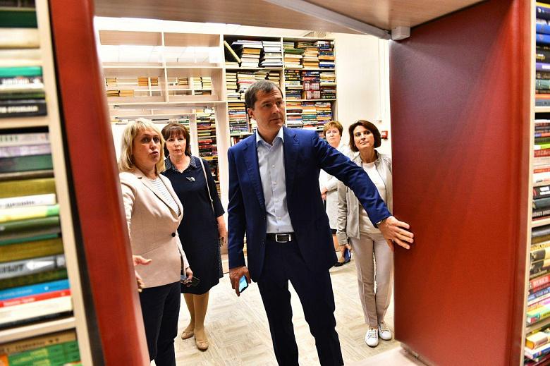 Владимир Волков посетил первую модернизированную библиотеку города