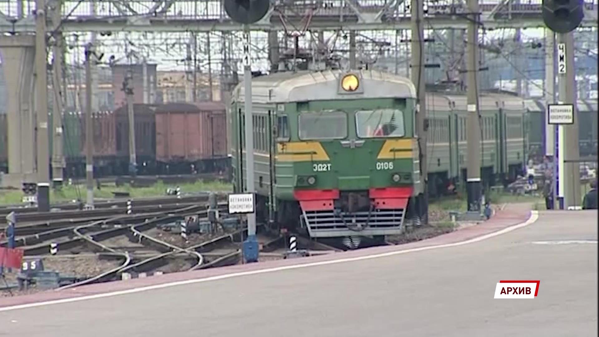 В Ярославле грузовой поезд сбил человека