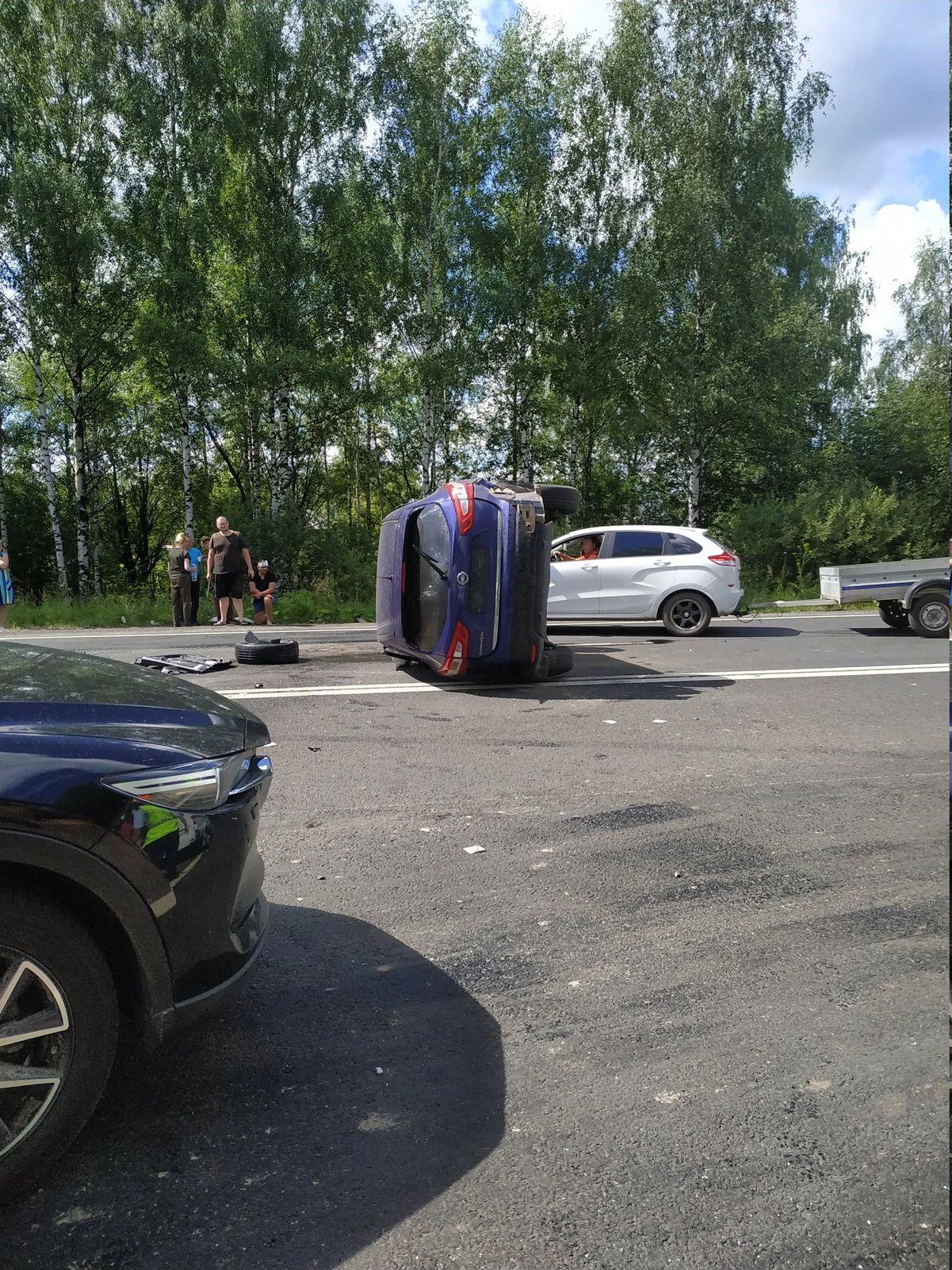 На трассе Ярославль–Рыбинск в тройном ДТП погибла женщина, четверо пострадали