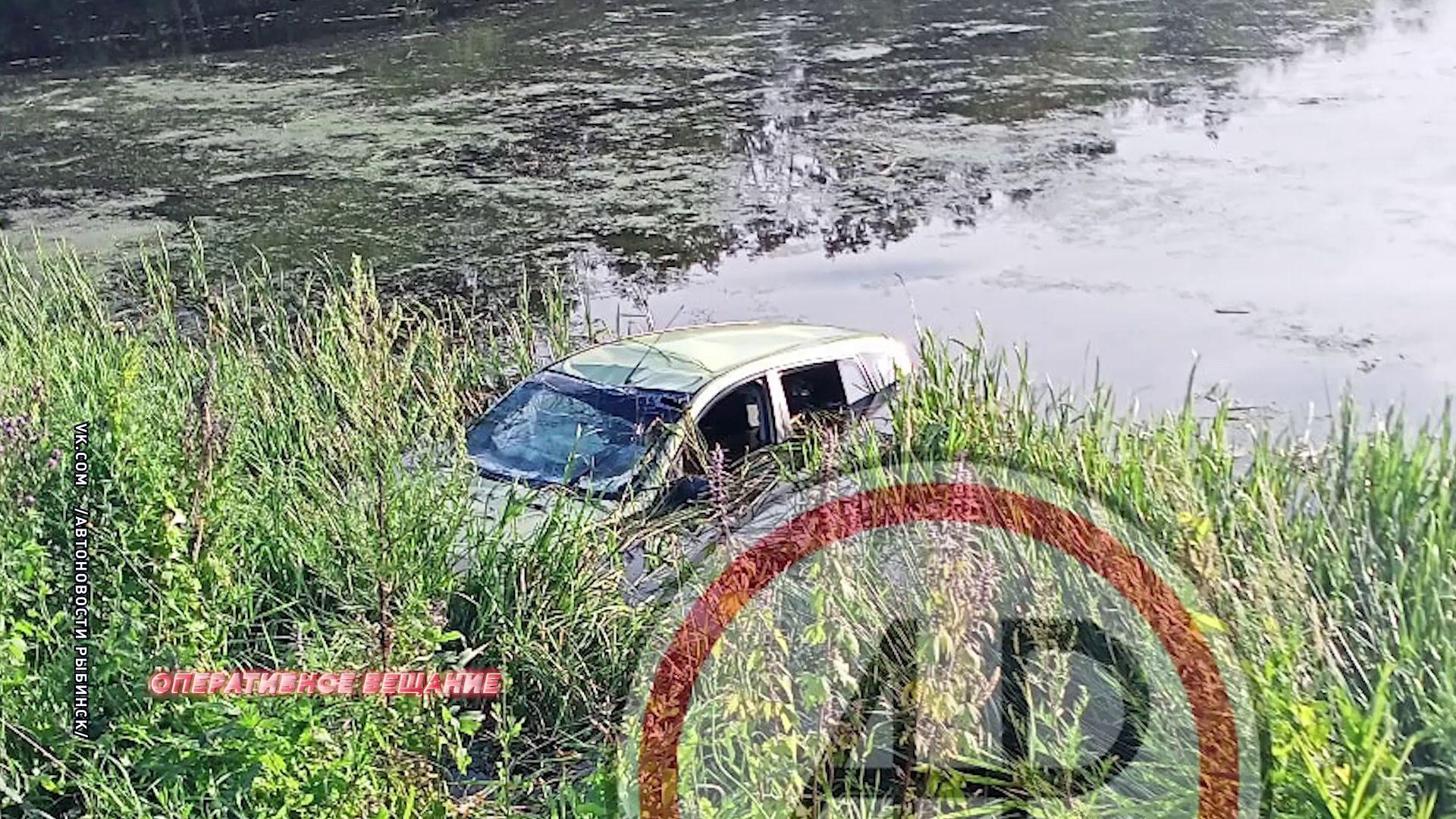 В Рыбинске легковушка улетела в ручей