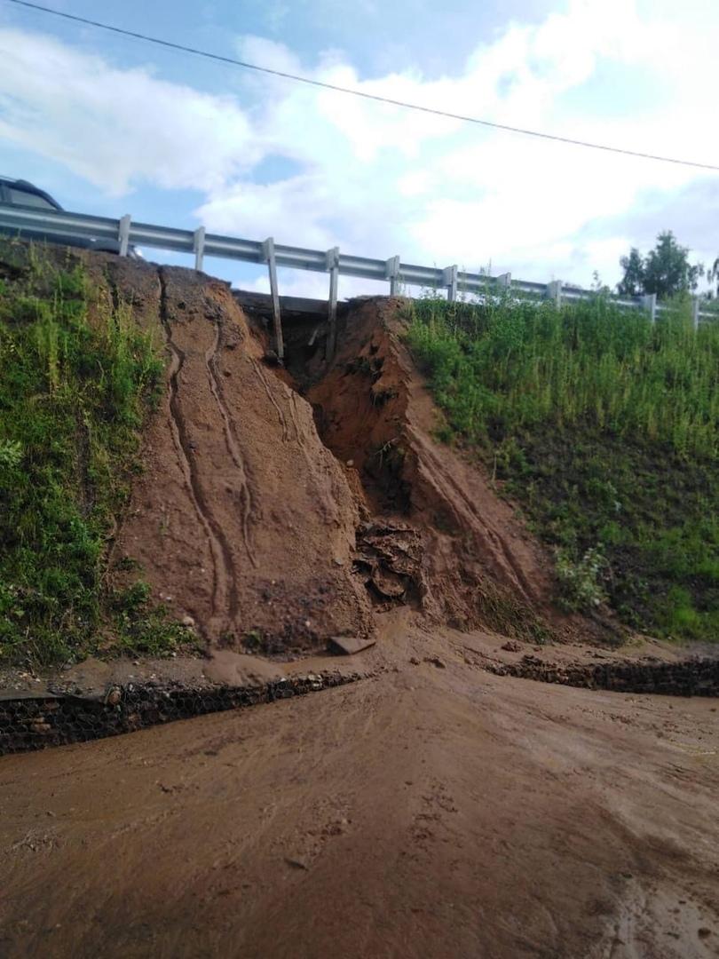 В Некрасовском размыло откос дамбы у моста через Солоницу: недостатки конструкции будет устранять подрядчик