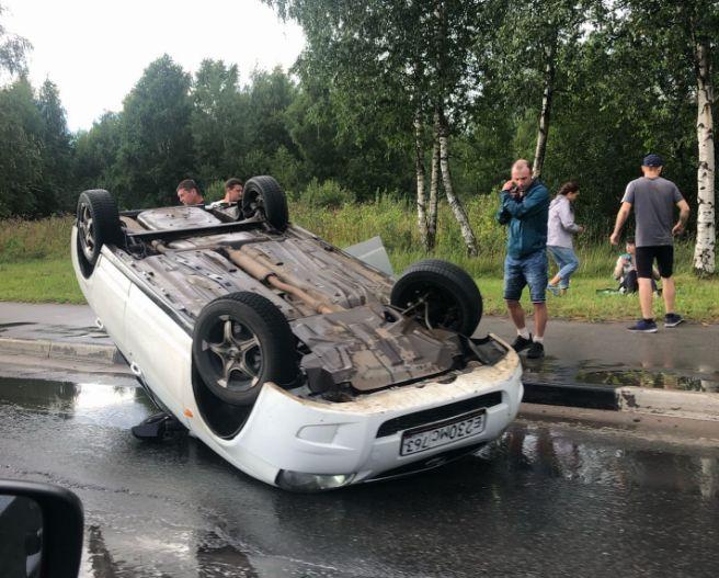В Ярославле машина перевернулась на крышу