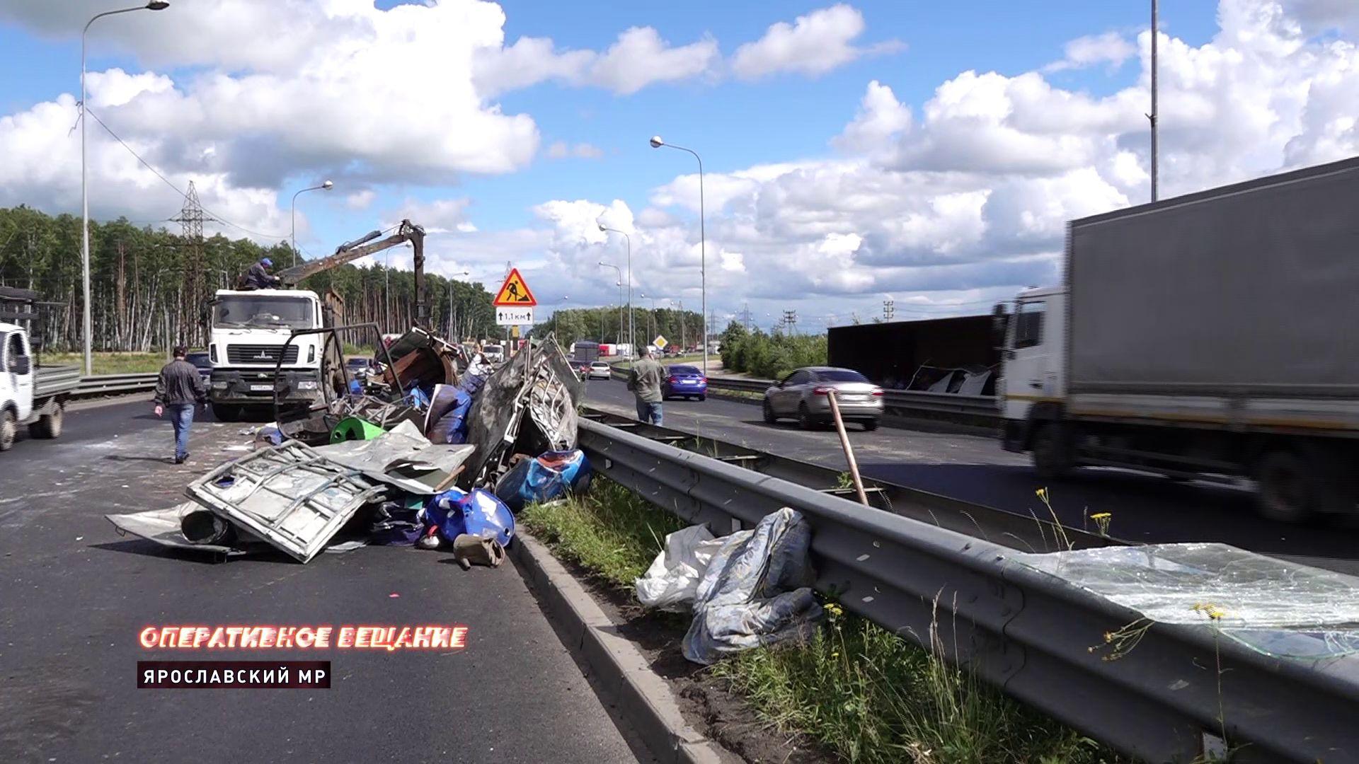 Водитель грузовика, перевернувшегося на Юбилейном мосту, госпитализирован