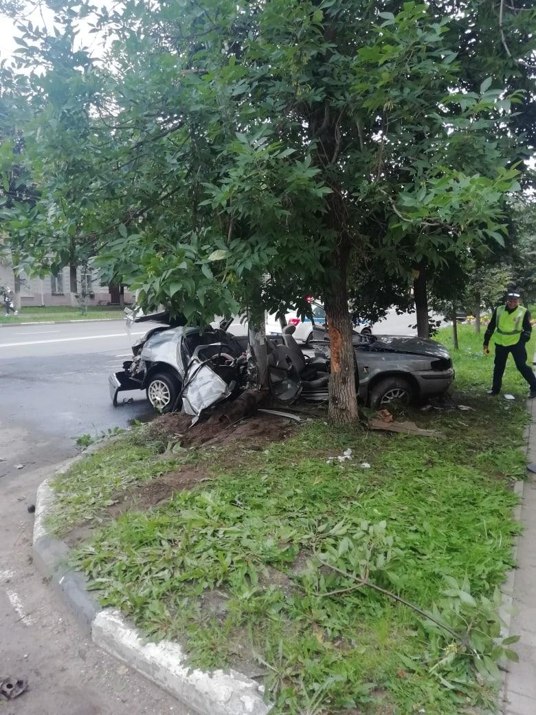 """Людей пришлось """"вырезать"""" из салона: в Ярославле иномарка разбилась об столб"""