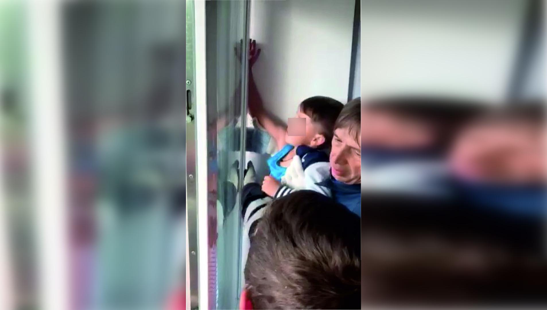 Спасатели вытащили мальчика, застрявшего рукой в балконной двери