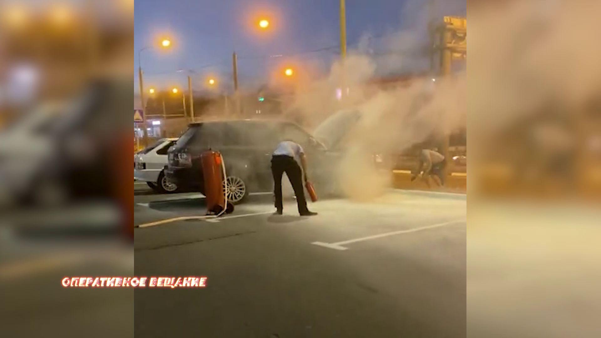 В Ярославле у торгового центра загорелась машина