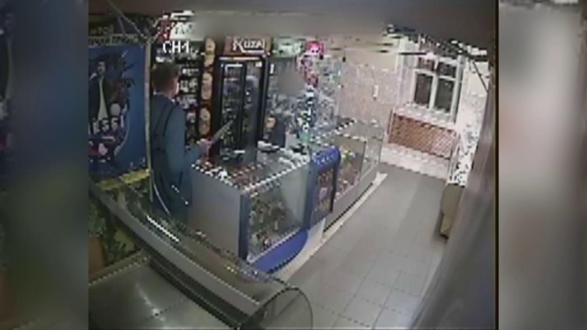 Ярославец в элегантной куртке и с ножом ограбил магазин
