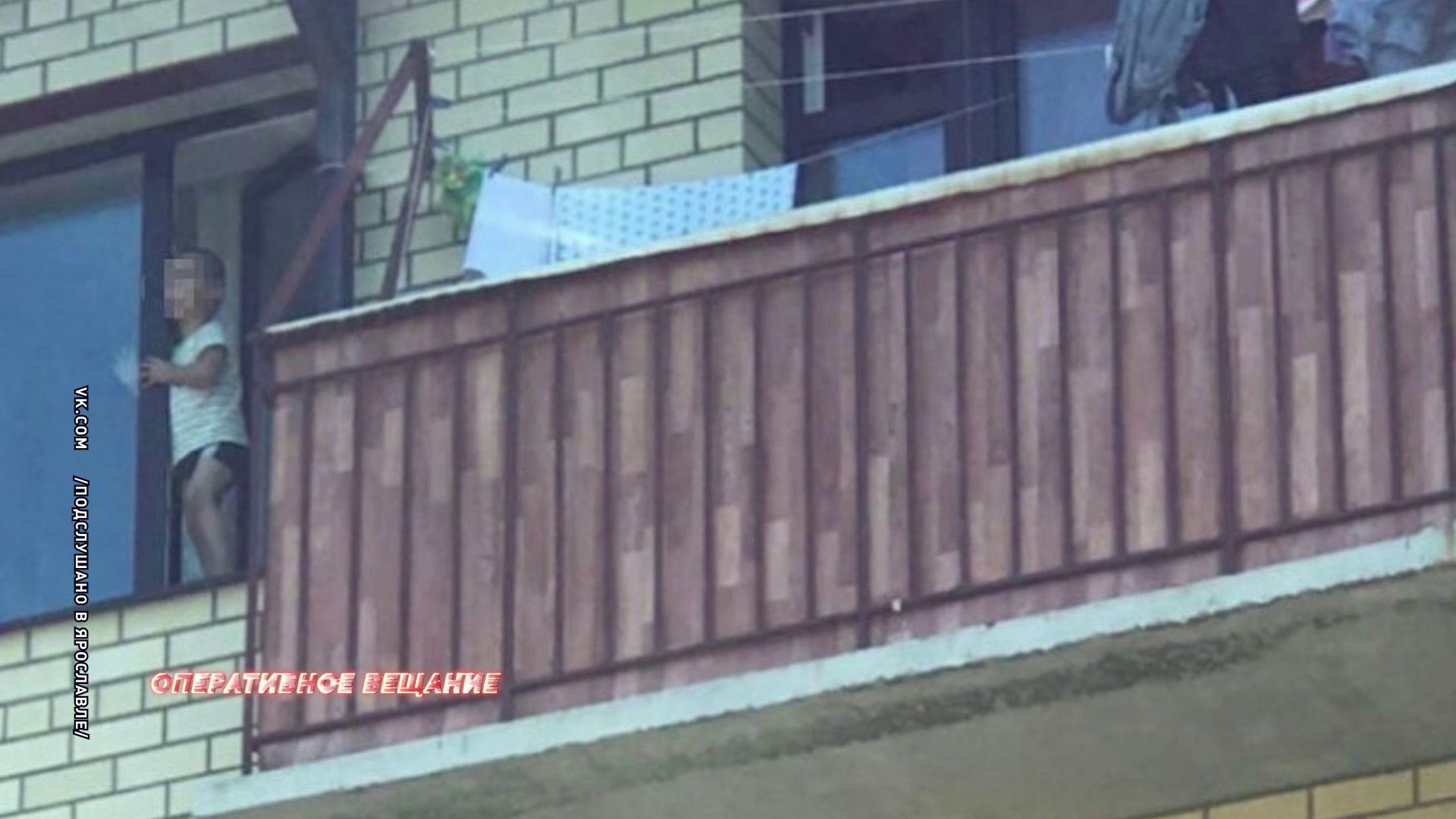 В Ярославле двухгодовалый ребенок сидел на подоконнике с открытым окном в отсутствие матери