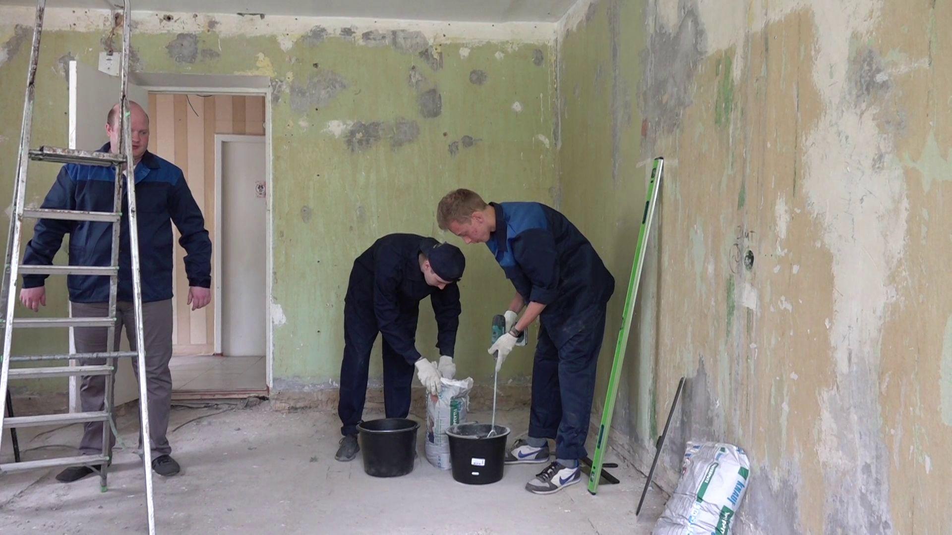 Студенты-строители делают ремонт в ЯГТУ