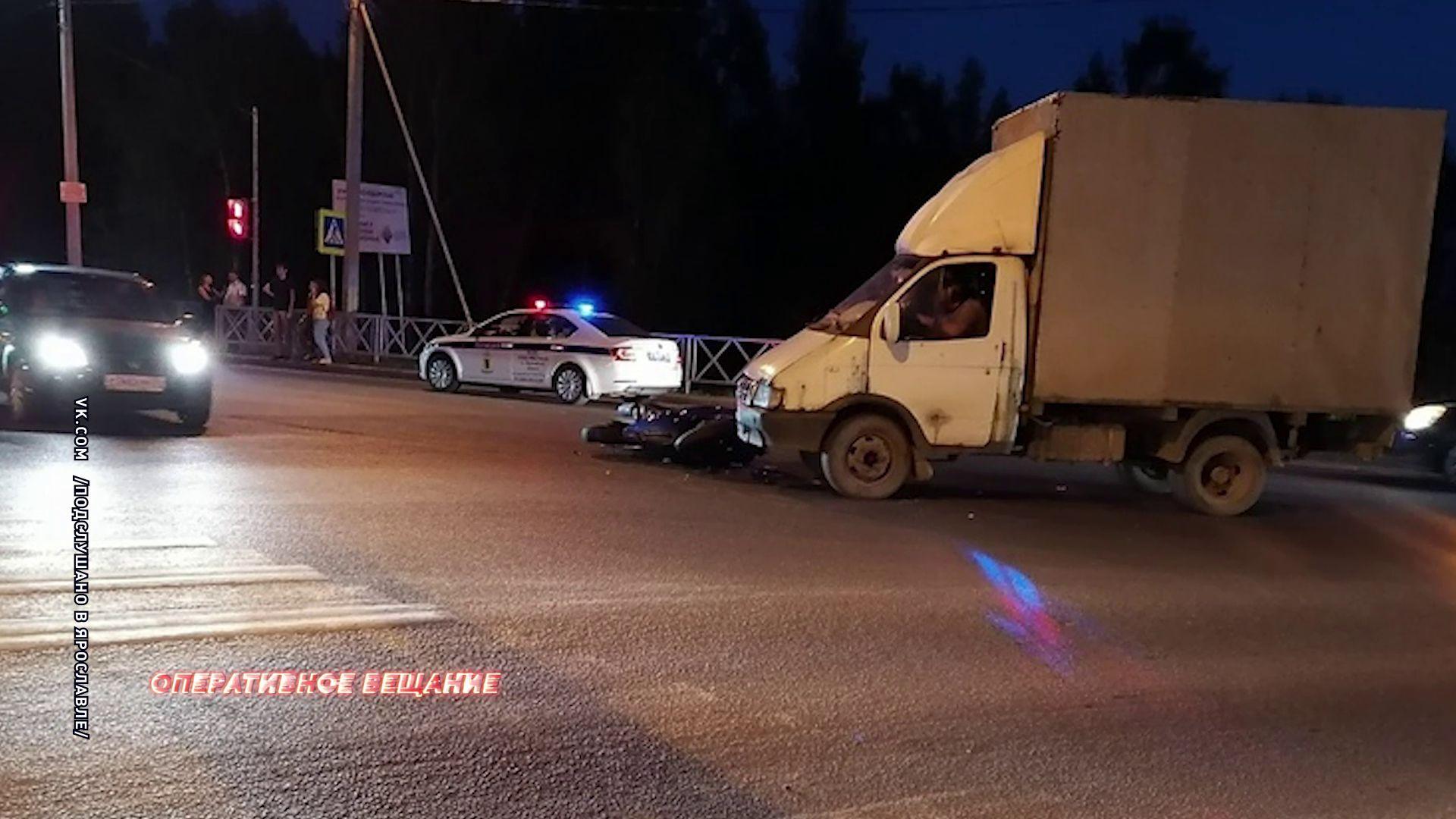 Под колесами небольшого грузовика пострадал мотоциклист