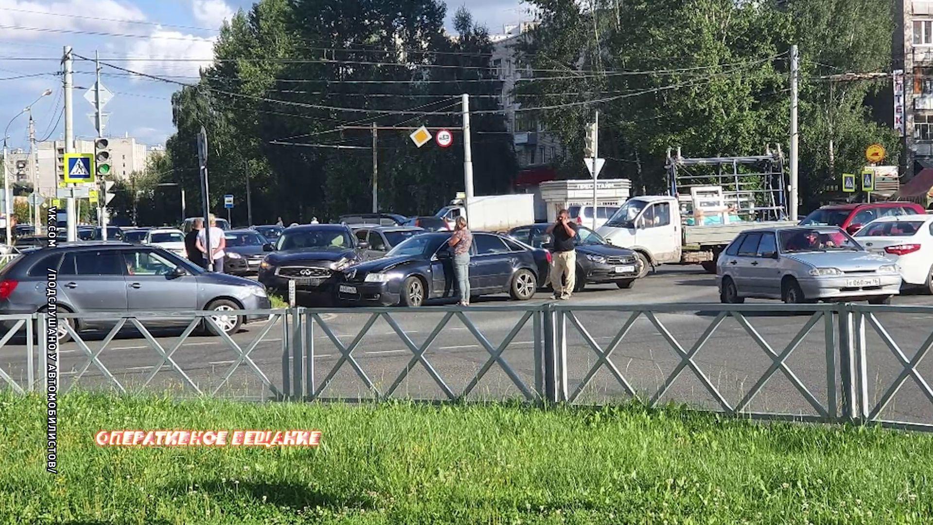 Из-за ДТП на Труфанова парализовало движение на главной магистрали Дзержинского района