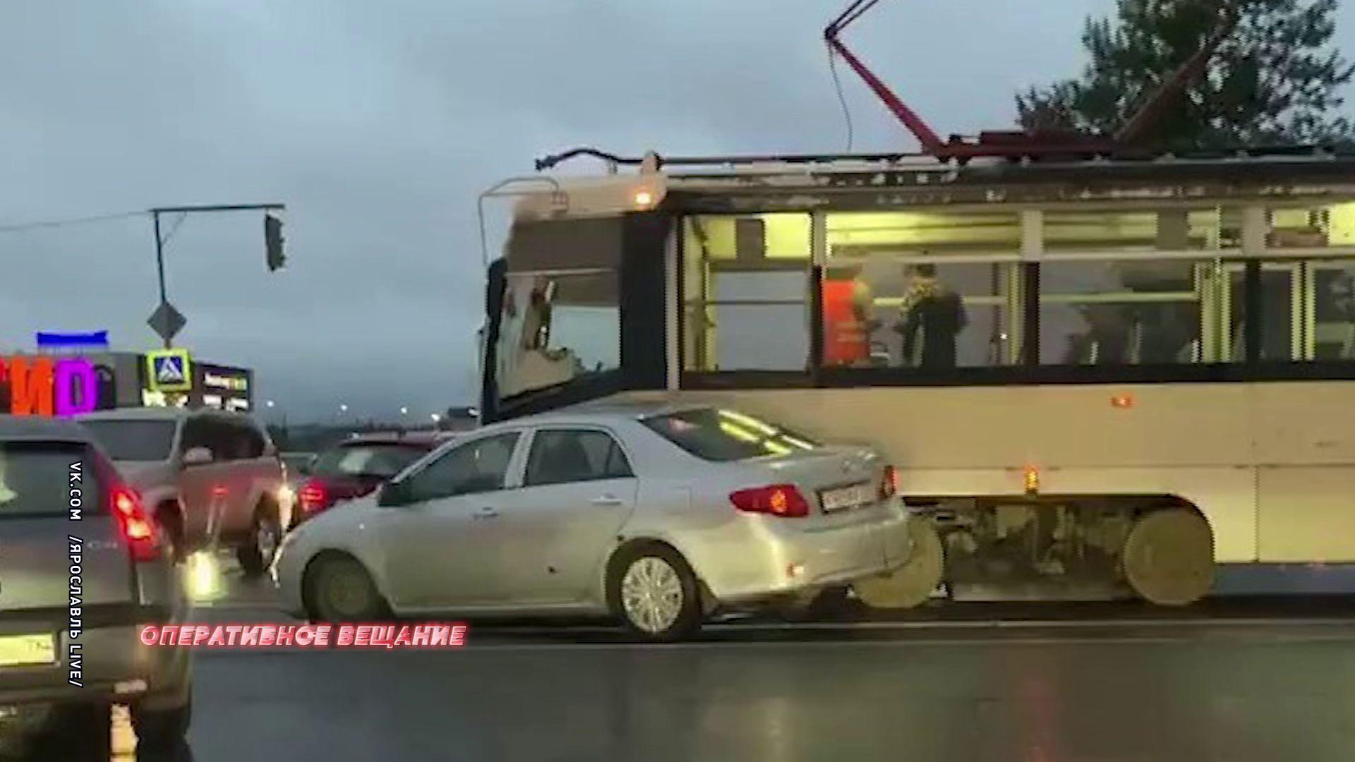Столкнулись легковушка и трамвай: водитель автомобиля не уступил