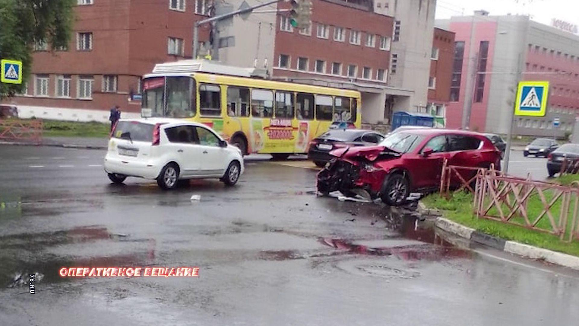 В ДТП на пересечении улиц Большой Октябрьской и Лисицына пострадал 28-летний ярославец