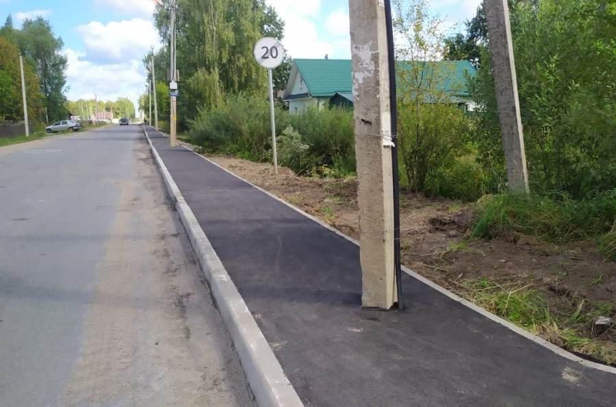 В Рыбинске подрядчику придется за свой счет переделывать тротуар со столбами