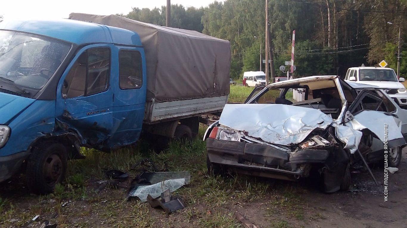 В Ярославле легковушка на скорости протаранила грузовик
